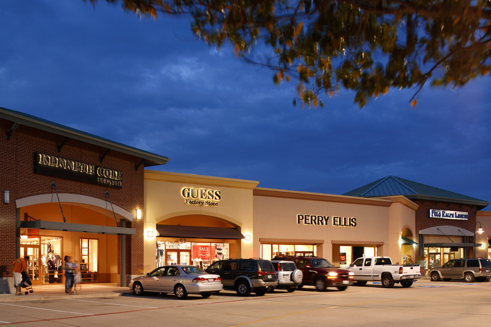 Allen Premium Outlets® is conveniently located just north of Dallas, on US 75 and Stacy Rd. (exit #37), and features favorite stores such as Kate Spade New York, Michael Kors, Nike Factory Store, Polo Ralph Lauren Factory Store, Under Armour and many more.